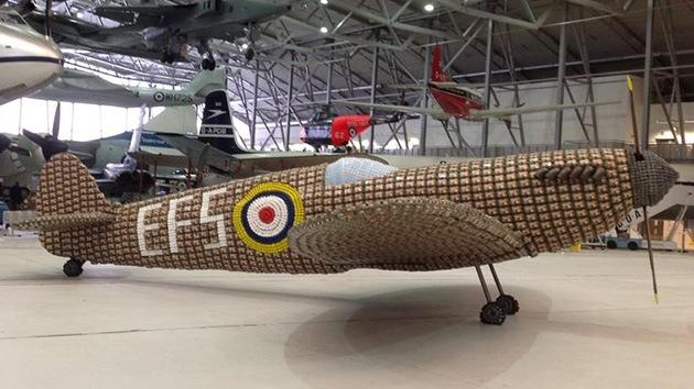 Presentan una reproducción del caza británico Spitfire hecha con cajas de huevos