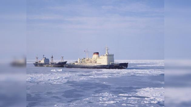 El rompehielos ruso libera otro buque de los hielos del mar de Ojotsk