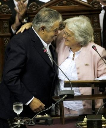 Jose Mujica con su esposa Lucia Topolansky por AFP/ Pablo de La Rosa