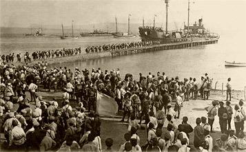 El embarque masivo de las tropas del Movimiento Blanco en su punto obligado de Gallípoli
