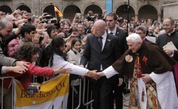 Benedicto XVI saluda a la gente delante de la catedral compostalana