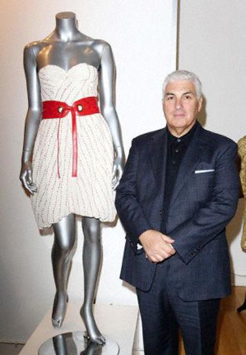 Mitch Winehouse con el vestido de su hija