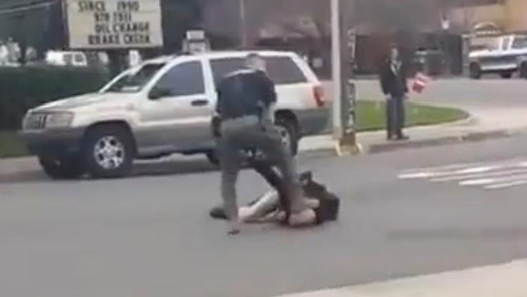 EE.UU.: Un policía duramente pisa la cabeza de un hombre en el suelo de hormigón