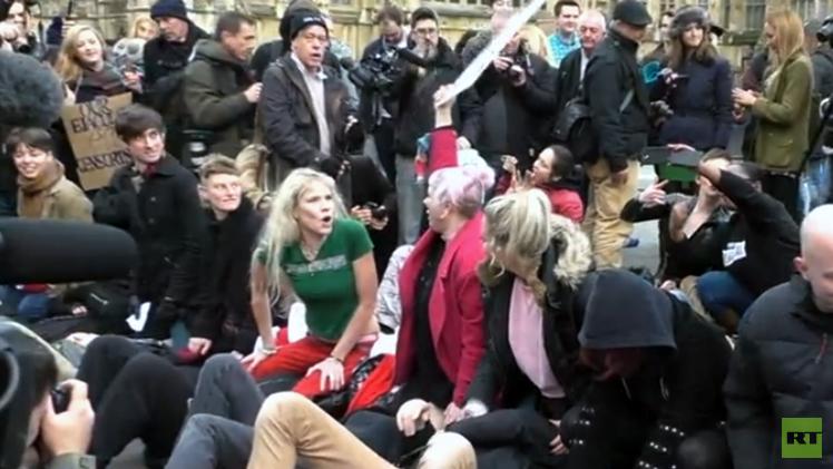 Protesta 'provocativa' frente al Parlamento británico contra nueva ley de pornografía
