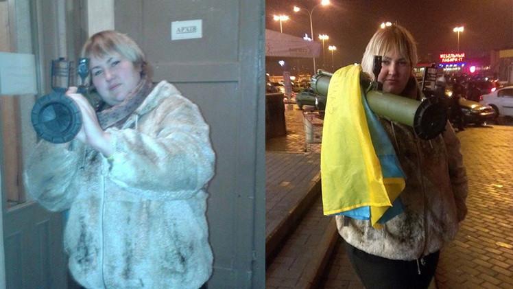 Ucrania: Una joven pasea por las calles con un lanzagranadas
