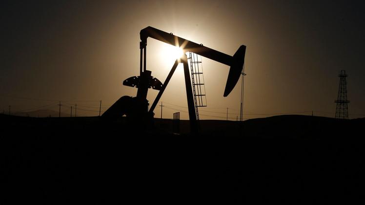 El desplome de precios petroleros beneficia a Obama