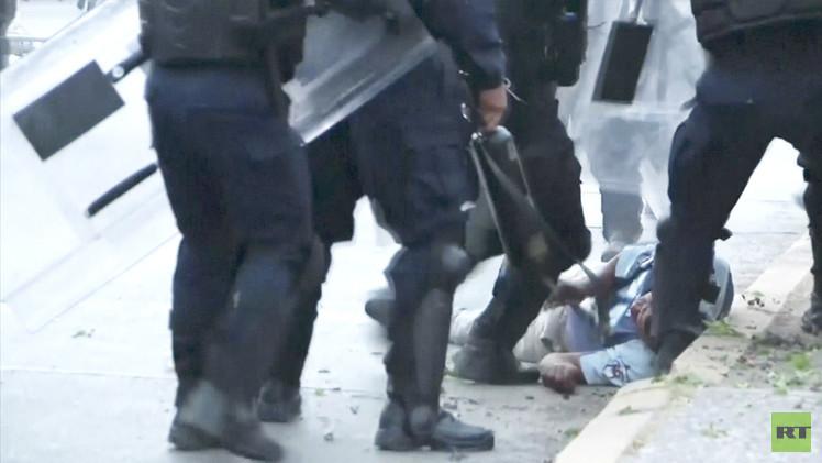 Impactantes imágenes: Policías mexicanos dan una golpiza a un manifestante tendido