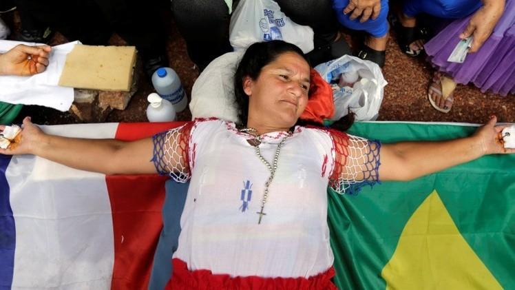 Una mujer se crucifica para pedir justicia a una empresa en Paraguay