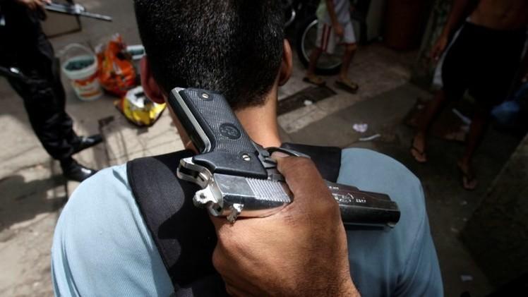 EE.UU.: el policía detiene al hombre cuya mujer está a punto de parir