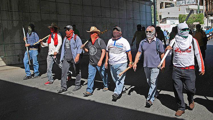 Video: Encapuchados sacan a golpes a policías federales de un hotel en México