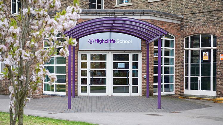 Cierran un colegio en el Reino Unido por un tiroteo