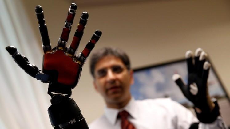 Video: un amputado controla simultáneamente con la mente sus brazos protésicos