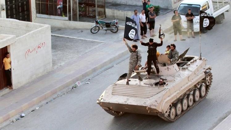 """Estado Islámico crucifica a un hombre por """"traición"""" y corta la mano a otro por robo"""