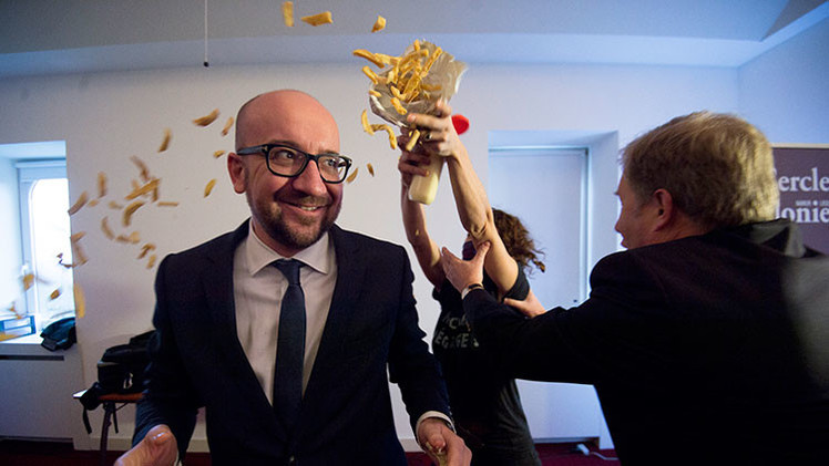 Video: Atacan con patatas fritas al primer ministro belga