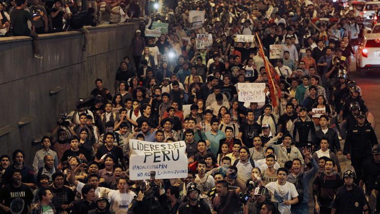 Fotos, videos: Marcha multitudinaria en Perú contra la polémica ley de empleo juvenil