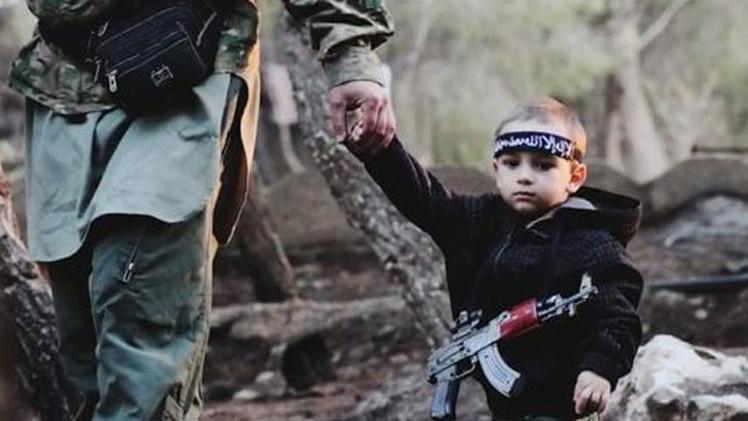 """""""Mi pequeño está solo en Siria"""": Reconoce a su hijo secuestrado por padre yihadista en fotos del EI"""