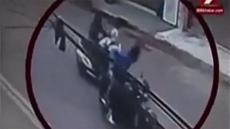 VIDEO: Lanzan ácido en la cara a una mujer en plena calle de Nueva Delhi