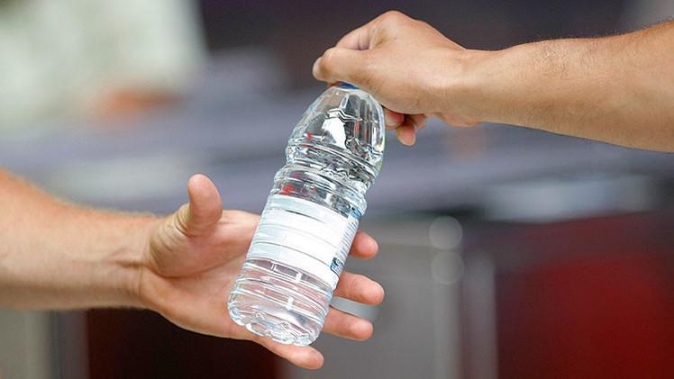 Las causas de por qu no se puede beber agua de botellas for Plasticos para estanques de agua