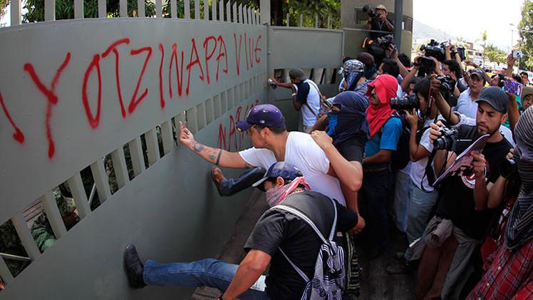 Video, Fotos: Protesta por el caso Ayotzinapa ataca una base militar en Iguala