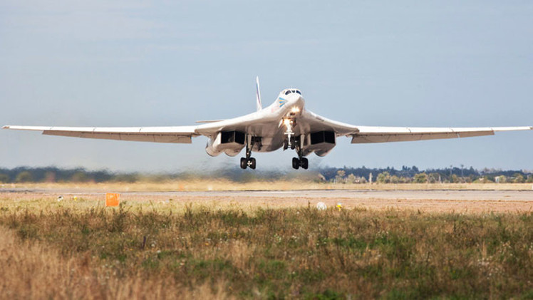 El modernizado bombardero ruso Tu-160 sobrepasa al estadounidense B-1 Lancer