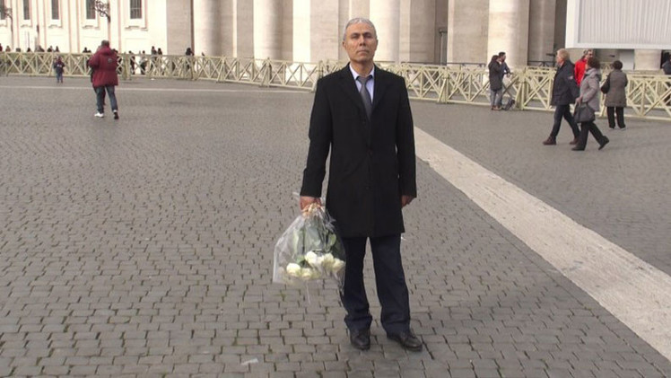 El hombre que intentó matar a Juan Pablo II coloca rosas sobre su tumba