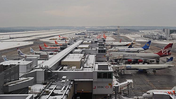 Reino Unido: Avión con fallo en el tren de aterrizaje toca suelo en el aeropuerto de Gatwick
