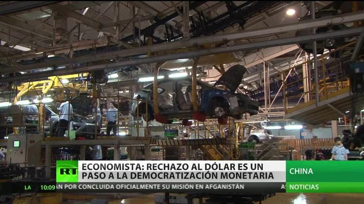Economista: rechazo al dólar es un paso a la democratización monetaria