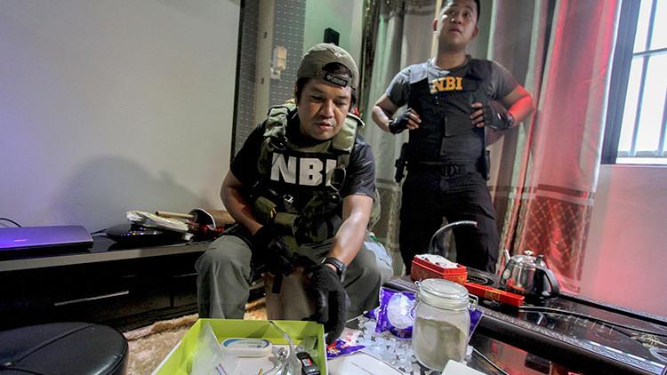 Policías entran en una de las celdas