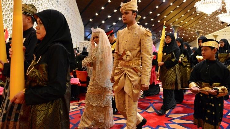 Borneo. Los recién casados no van al baño durante tres días