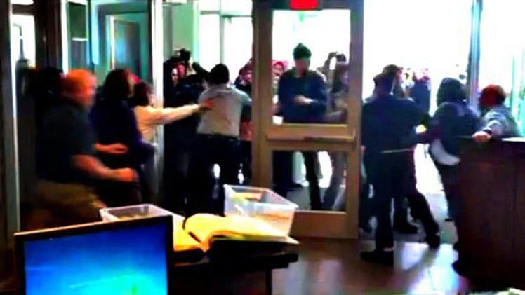 Video: Un grupo de indignados asalta una comisaría en EE.UU. y se enfrenta a los policías