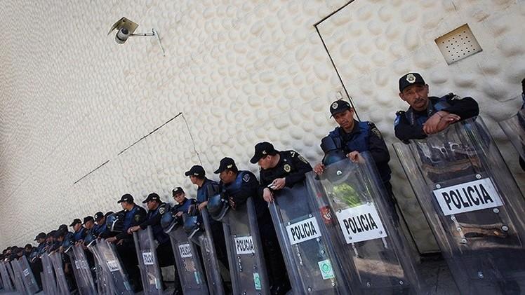 Video: Profesores apedrean en México a la policía en una protesta contra Peña Nieto