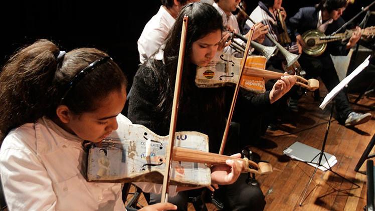 VIDEOS: Jóvenes paraguayos transforman basura en música