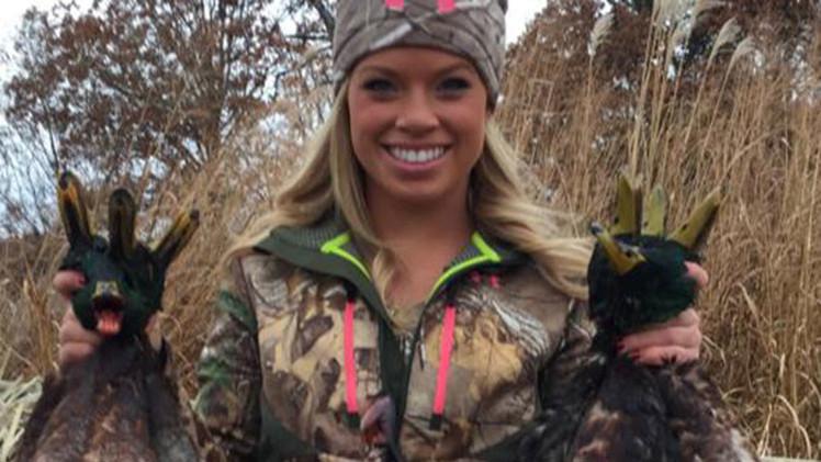 """La polémica joven cazadora de Texas organiza el concurso del """"cazador más 'sexy'"""""""