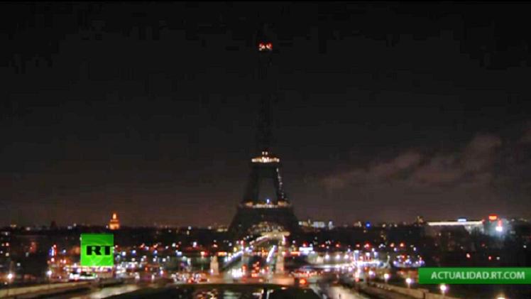 VIDEO: La Torre Eiffel 'se apaga' en memoria de las víctimas del ataque a 'Charlie Hebdo'