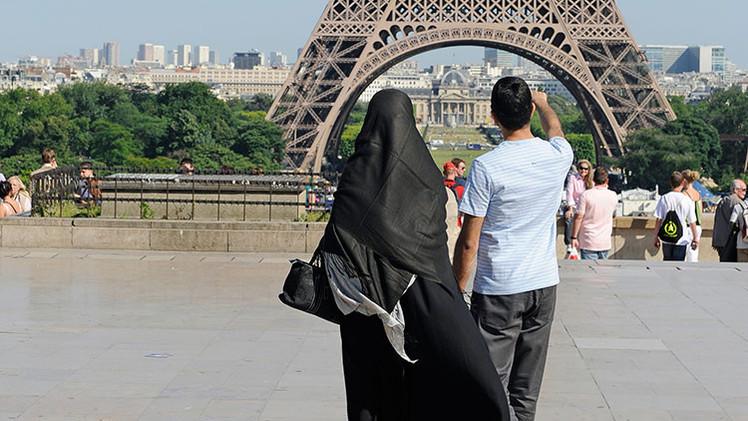 """Experto: Francia """"coquetea"""" con el mundo islámico y recoge frutos"""