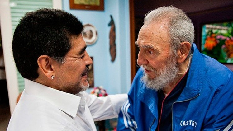 Fidel Castro escribe una carta a Maradona