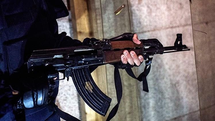 Una tienda de armas usa la foto de un rehén decapitado por EI como publicidad de AK-47