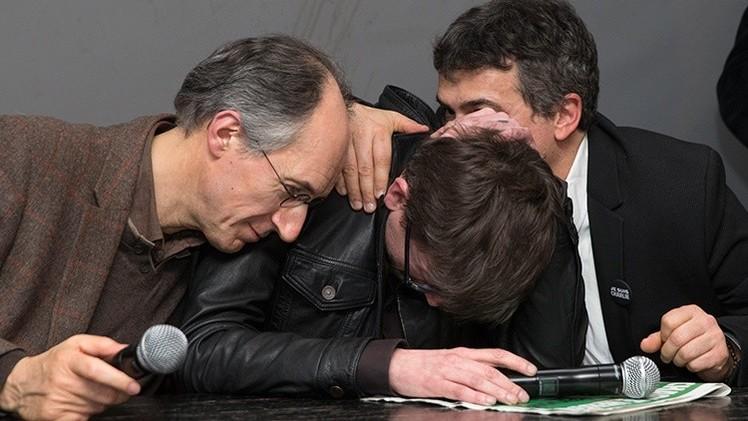 Los caricaturistas lloraron al hablar con reporteros sobre la última edición de 'Charlie Hebdo'