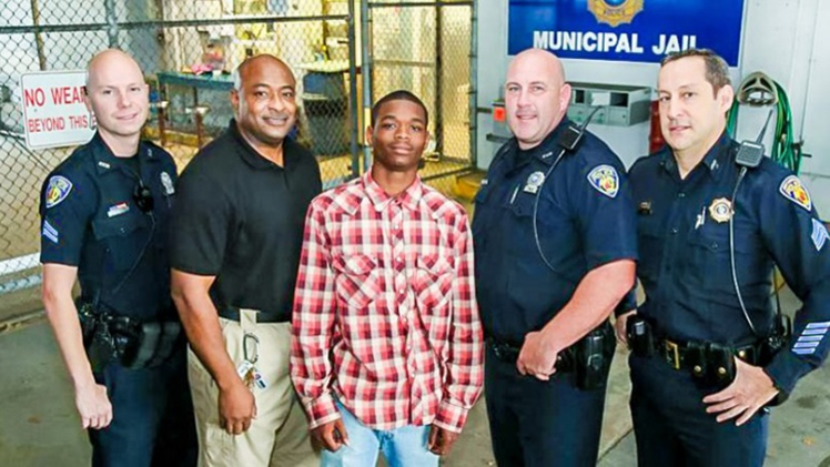 Video: Un adolescente de EE.UU. salva la vida del policía mientras este lo arresta