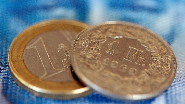 Pánico en los mercados: Suiza da 'rienda suelta' a su divisa y deprecia al euro