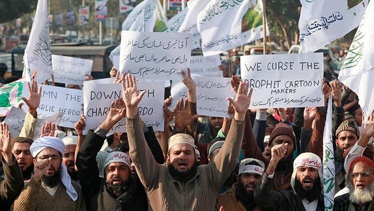 Pakistán: Policía usa gases lacrimógenos contra manifestantes anti-'Charlie Hebdo'