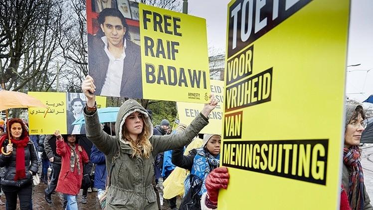 Arabia Saudita interrumpe la flagelación del bloguero Badawi por presión internacional