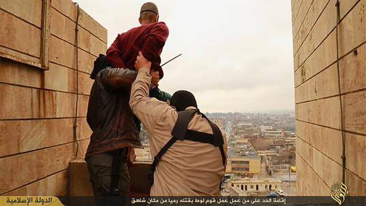 FUERTES IMÁGENES: El Estado Islámico arroja a 2 presuntos homosexuales de una azotea
