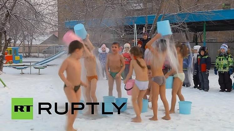 Video: Los niños rusos no temen al frío y combaten los resfriados con agua helada