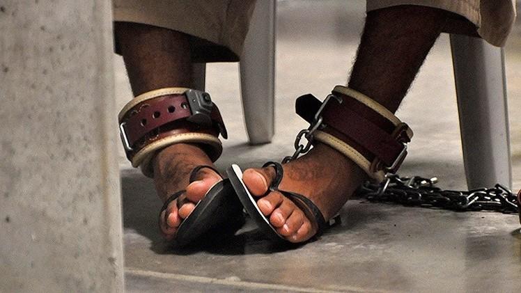 Escalofriante: Publican el primer libro de un reo de Guantánamo que describe las torturas