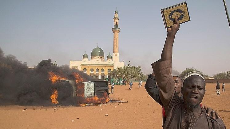 Fotos: 5 muertos y 10 iglesias quemadas en la protesta contra 'Charlie Hebdo' en Níger