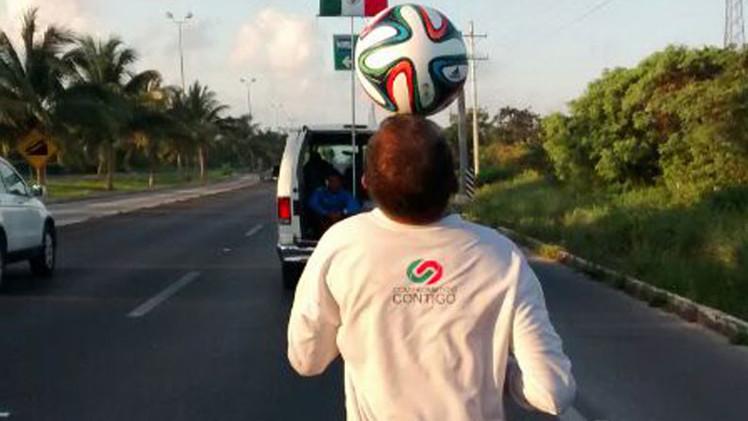 México: Deportista recorre miles de kilómetros dominando un balón con la cabeza por la paz (Video)