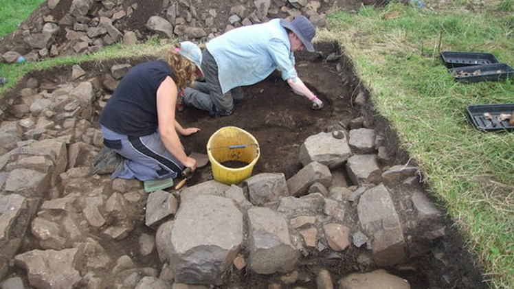 Hallan una estructura misteriosa durante la excavación en un castillo irlandés