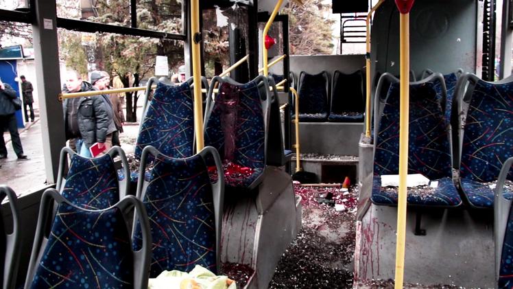 FUERTES IMÁGENES: Cuerpos calcinados tras el impacto de un proyectil en Donetsk