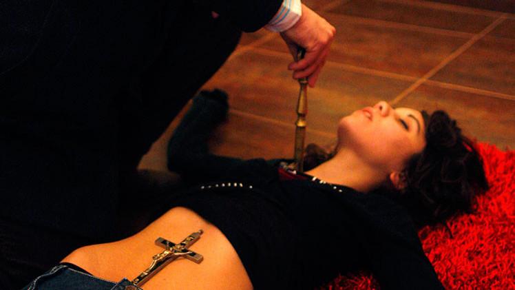 """""""Dios es tu cirujano"""": un médico cristiano realizó el exorcismo sobre una madre suicida enferma"""